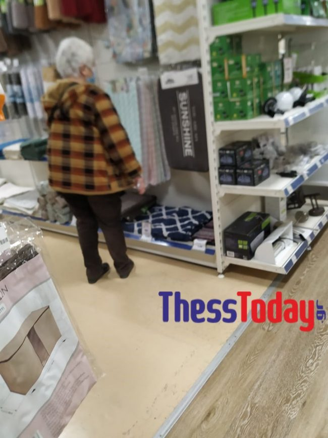 Σάλος στην Κατερίνη: Kαταστήματα βάζουν τους πελάτες από την πίσω πόρτα παρά το lockdown (pics) 1