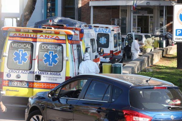Κοροναϊός : Εικόνες σοκ στην Ιταλία – Ασθενείς λαμβάνουν οξυγόνο στα αυτοκίνητα 1