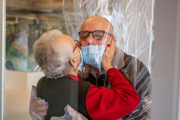 Κοροναϊός : Γηροκομείο στην Ιταλία βρήκε τρόπο ώστε ηλικιωμένοι να αγκαλιάζουν τους αγαπημένους τους 1