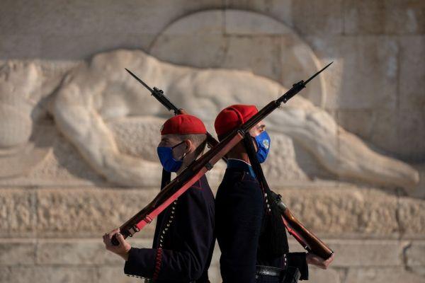 Με μάσκες και οι Εύζωνες της Προεδρικής Φρουράς – Δείτε εικόνες 3