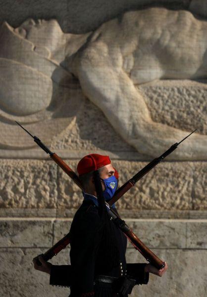 Με μάσκες και οι Εύζωνες της Προεδρικής Φρουράς – Δείτε εικόνες 1