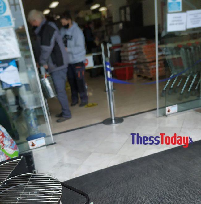 Σάλος στην Κατερίνη: Kαταστήματα βάζουν τους πελάτες από την πίσω πόρτα παρά το lockdown (pics) 11