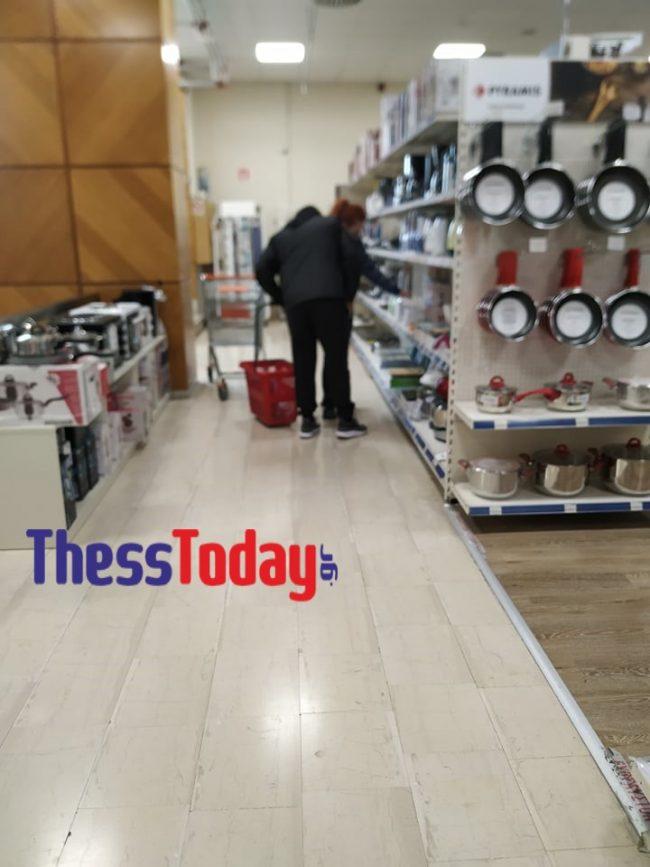 Σάλος στην Κατερίνη: Kαταστήματα βάζουν τους πελάτες από την πίσω πόρτα παρά το lockdown (pics) 3
